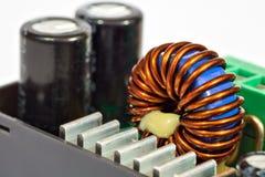 Toroidal inductantierol en condensatoren Stock Foto
