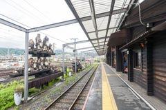Torokko Kameoka station, slutlig station för Sagano den sceniska järnvägen eller romantiskt drev från Arashiyama Royaltyfria Bilder