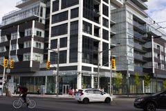 Toronto andelsfastighetbyggnad och trafik fotografering för bildbyråer
