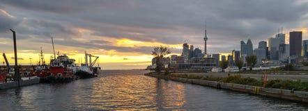 Toronto ansluter banret för solnedgången för skymning för portbogserbåtar det guld- Royaltyfri Fotografi