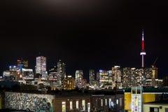 TORONTO CÉNTRICO, ENCENDIDO, CANADÁ - 23 DE JULIO DE 2017: El horizonte céntrico de la ciudad de Toronto en la noche según lo vis imagenes de archivo