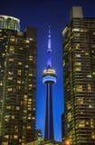 TORONTO, CANADÁ - 31 DE AGOSTO DE 2017: La torre y el edificio próximo iluminados en la noche, Toronto del NC Foto de archivo libre de regalías
