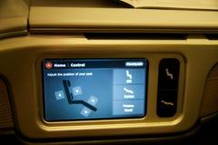TORONTO, CANADÁ - 28 de janeiro de 2017: Assento da classe executiva de Air Canada com o monitor enorme do sistema pessoal HD do  Imagens de Stock Royalty Free
