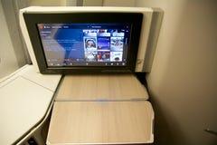 TORONTO, CANADÁ - 28 de janeiro de 2017: Assento da classe executiva de Air Canada com o monitor enorme do sistema pessoal HD do  Imagens de Stock