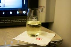 TORONTO, CANADÁ - 28 de janeiro de 2017: Classe executiva de Air Canada em um avião comercial Um vidro do champanhe em uma dobrad Imagem de Stock Royalty Free