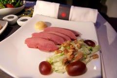 TORONTO, CANADÁ - 28 de janeiro de 2017: Refeição de bordo da classe executiva de Air Canada, jantar com o peito de pato fumado d Foto de Stock