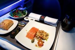 TORONTO, CANADÁ - 21 de janeiro de 2017: Refeição de bordo da classe executiva de Air Canada, salmão fumado com salada do fregola Fotos de Stock