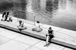 Toronto, Canadá 7 de julho: as meninas estão sentando-se no quadrado de cidade de Toronto no 7 de julho de 2015 Foto conceptual d Imagem de Stock Royalty Free
