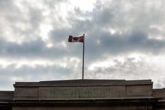 Toronto, CANADÁ - 10 de outubro de 2018: Construção pública da autoridade, com à bandeira foto de stock