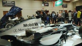 Toronto, Canadá, el 20 de febrero de 2018: Fórmula 1 del coche de carreras En la exposición automotriz grande en Toronto almacen de video