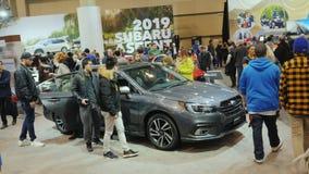 Toronto, Canadá, el 20 de febrero de 2018: La gente mira el modelo nuevo de la herencia de Subaru del coche En el international g almacen de video
