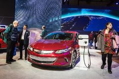 Toronto, Canada - 2018-02-19: Bezoekers van 2018 Canadese Internationale AutoShow naast de nieuwe Volt van Chevrolet van 2018 stock afbeelding