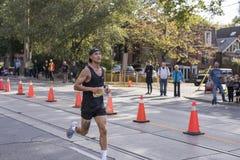 TORONTO, ON/CANADA - 22 DE OCTUBRE DE 2017: Paso de Marco del corredor de maratón Fotos de archivo