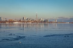 Toronto, CANADA - 1er février 2019 : Paysage canadien panoramique d'hiver près de Toronto, beau lac congelé ontario au coucher du image libre de droits