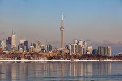 Toronto, CANADA - Februari 1th, 2019: Panoramisch Canadees de winterlandschap het mooie bevroren Ontario meer dichtbij van Toront royalty-vrije stock foto