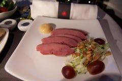 TORONTO, CANADA - 28 JANUARI, 2017: Air Canada-Commerciële Klassen tijdens de vlucht maaltijd, diner met gerookte de eendborst va stock afbeeldingen