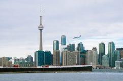 Toronto, Canada - Januari 27, 2016: De Horizonmening van Toronto van het Eiland van Toronto met vliegtuig het vliegen Royalty-vrije Stock Foto's