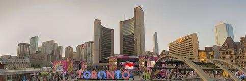 TORONTO CANADA-JULY 9,2015: Den nya Toronto undertecknar in Nathan Phill Royaltyfri Fotografi
