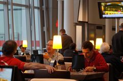 Toronto, Canada - 2014-11-24: La gente che ha resto prima del volo nel caffè nell'aeroporto di Toronto Pearson Immagine Stock Libera da Diritti