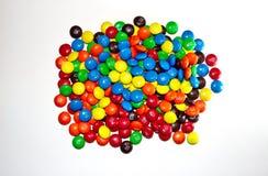 TORONTO, CANADA - 10 mars 2017 : Une pile des chocolats colorés M&M Photos libres de droits