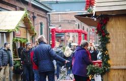 TORONTO, CANADA - 18 NOVEMBRE 2017 : Les gens visitent le marché de Noël dans le secteur historique de distillerie, un du favori  photographie stock libre de droits