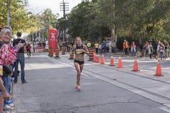 TORONTO, ON/CANADA - OCT 22, 2017: Żeńska maratonu biegacza przepustka Zdjęcie Royalty Free