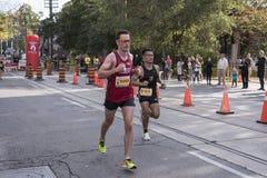 TORONTO, ON/CANADA - OCT 22, 2017: Maratońskich biegaczów przechodzić Obrazy Stock