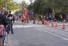 TORONTO, ON/CANADA - OCT 22, 2017: Maratońskich biegaczów przechodzić Obrazy Royalty Free