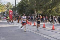 TORONTO, ON/CANADA - OCT 22, 2017: Maratońskich biegaczów przechodzić Fotografia Stock