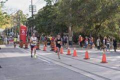 TORONTO, ON/CANADA - OCT 22, 2017: Maratońskich biegaczów przechodzić Zdjęcia Stock