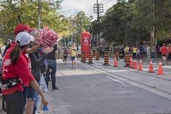 TORONTO, ON/CANADA - OCT 22, 2017: Maratońskich biegaczów przechodzić Zdjęcie Stock