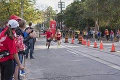 TORONTO, ON/CANADA - OCT 22, 2017: Maratońskich biegaczów przechodzić Obraz Stock