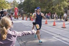 TORONTO, ON/CANADA - OCT 22, 2017: Maratońskich biegaczów przechodzić Zdjęcia Royalty Free