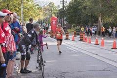 TORONTO, ON/CANADA - OCT 22, 2017: Maratońskiego biegacza zwycięzcy passin Fotografia Stock