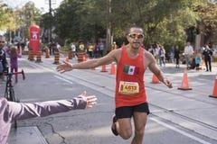 TORONTO, ON/CANADA - OCT 22, 2017: Maratońskiego biegacza zwycięzcy przepustki Zdjęcia Stock