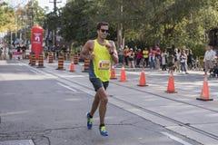 TORONTO, ON/CANADA - OCT 22, 2017: Maratoński biegacz Jon przechodzi t Fotografia Royalty Free