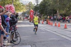 TORONTO, ON/CANADA - OCT 22, 2017: Maratoński biegacz Jon przechodzi t Obrazy Royalty Free