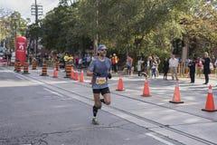 TORONTO, ON/CANADA - OCT 22, 2017: Maratoński biegacz Roy przechodzi t Zdjęcia Stock