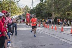 TORONTO, ON/CANADA - OCT 22, 2017: Maratońskiego biegacza Adam omijanie Obraz Stock