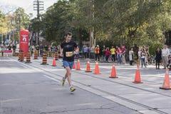 TORONTO, ON/CANADA - OCT 22, 2017: Maratońskiego biegacza Adam omijanie Obrazy Royalty Free