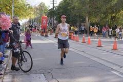 TORONTO, ON/CANADA - OCT 22, 2017: Maratońskiego biegacza Andrew passin Zdjęcia Stock