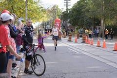 TORONTO, ON/CANADA - OCT 22, 2017: Maratońskiego biegacza Andrew przepustki Zdjęcie Stock