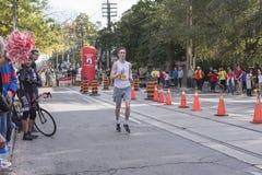 TORONTO, ON/CANADA - OCT 22, 2017: Maratońskiego biegacza Jake omijanie Fotografia Royalty Free
