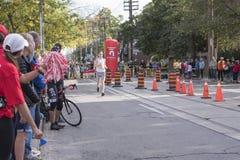 TORONTO, ON/CANADA - OCT 22, 2017: Maratońskiego biegacza Jake omijanie Obrazy Stock