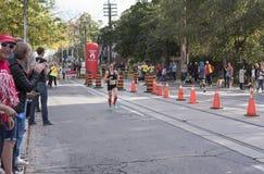 TORONTO, ON/CANADA - OCT 22, 2017: Maratońskiego biegacza Kait omijanie Fotografia Royalty Free