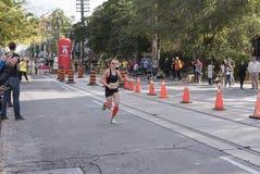 TORONTO, ON/CANADA - OCT 22, 2017: Maratońskiego biegacza Kait omijanie Zdjęcia Stock
