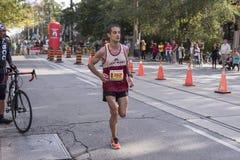 TORONTO, ON/CANADA - OCT 22, 2017: Maratońskiego biegacza Mathieu passi Fotografia Stock