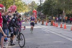 TORONTO, ON/CANADA - OCT 22, 2017: Maratońskiego biegacza Nate omijanie Fotografia Stock