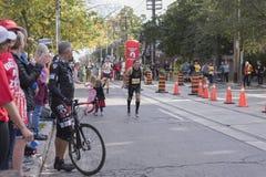 TORONTO, ON/CANADA - OCT 22, 2017: Maratońskiego biegacza Reuven passin Zdjęcie Stock