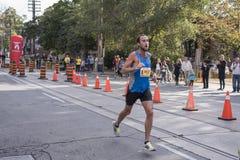 TORONTO, ON/CANADA - OCT 22, 2017: Maratońskiego biegacza Sean omijanie Zdjęcia Royalty Free